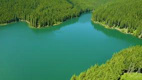 Lago mountain con agua de la turquesa y los ?rboles verdes Reflexi?n en el agua Paisaje hermoso con las montañas, bosque del vera almacen de metraje de vídeo
