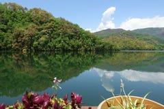 Lago mountain con chiara acqua Fotografia Stock
