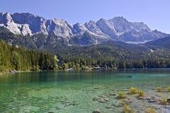 Lago mountain con el macizo fotografía de archivo