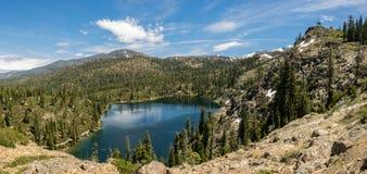Lago mountain con gli alberi e la neve Immagine Stock Libera da Diritti