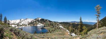 Lago mountain con gli alberi e la neve Fotografie Stock Libere da Diritti