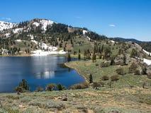 Lago mountain con gli alberi e la neve Immagini Stock