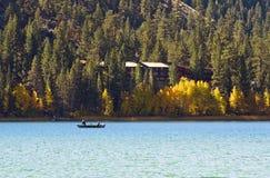 Lago mountain con la boa de la pesca Foto de archivo libre de regalías