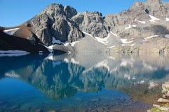 Lago mountain con la riflessione fotografia stock