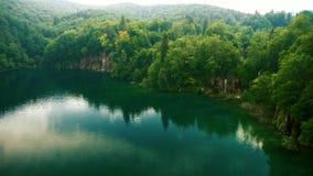 Lago mountain con las cascadas metrajes