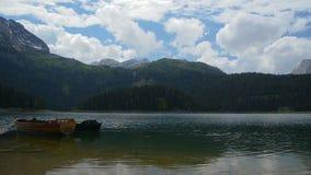 Lago mountain con le barche in un'immagine panoramica video d archivio