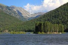 Lago mountain con le montagne Fotografia Stock Libera da Diritti