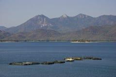 Lago mountain con lo stabilimento d'incubazione dei pesci nel Messico fotografia stock