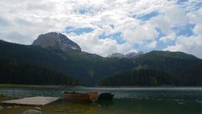 Lago mountain con los barcos en timelapse con el alto pico en el fondo almacen de video
