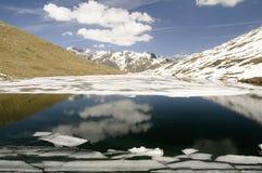 Lago mountain con masas de hielo flotante de hielo Foto de archivo libre de regalías