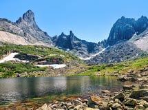 Lago mountain contro il contesto della cresta Immagine Stock
