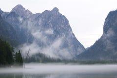 Lago mountain coperto in nebbia fotografia stock libera da diritti