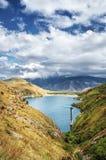 Lago mountain debajo del cielo azul Imágenes de archivo libres de regalías