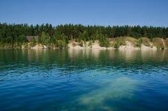 Lago mountain di estate a mezzogiorno con i vacanzieri ed i turisti di nuoto fotografia stock