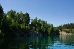Lago mountain di estate a mezzogiorno con i vacanzieri ed i turisti di nuoto immagini stock