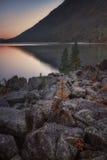 Lago mountain di tramonto con le rocce ed i pini soli su priorità alta, natura Autumn Landscape Photo dell'altopiano delle montag Fotografie Stock