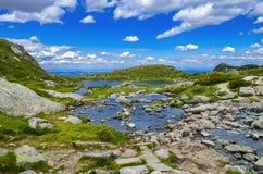 Lago mountain e céu das nuvens do azul fotografia de stock