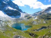 Lago mountain e prima neve nelle alpi svizzere Fotografia Stock Libera da Diritti