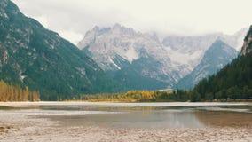 Lago mountain em Italy Vista magnífica dos cumes italianos e do lago limpo da montanha Panorama da natureza da montanha vídeos de arquivo
