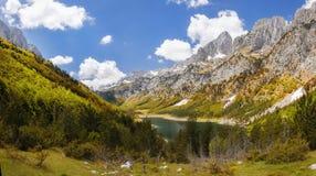 Lago mountain em um vale montenegro imagem de stock