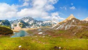 Lago mountain em uma elevação do vale em montanhas de Montenegro fotografia de stock royalty free