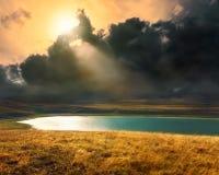 Lago mountain en la puesta del sol antes de la tormenta Imagenes de archivo