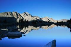 Lago mountain en la salida del sol Foto de archivo libre de regalías