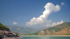 Lago mountain en panorama brumoso del d?a almacen de metraje de vídeo