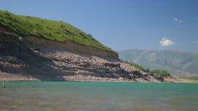 Lago mountain en panorama brumoso del d?a metrajes