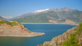 Lago mountain en panorama del día soleado almacen de metraje de vídeo