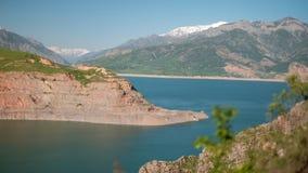Lago mountain en panorama del d?a soleado almacen de metraje de vídeo