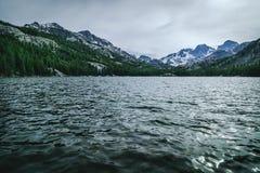 Lago mountain en un día nublado Fotografía de archivo libre de regalías