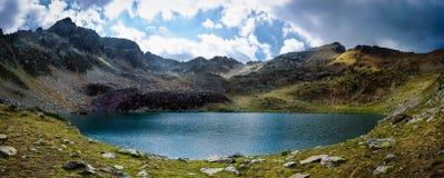 Lago mountain en un día nublado Foto de archivo libre de regalías