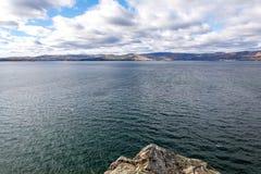 Lago mountain en un fondo de montañas fotos de archivo
