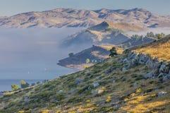 Lago mountain en una niebla Imagen de archivo