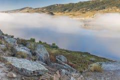 Lago mountain en una niebla Fotos de archivo