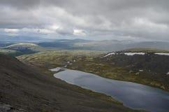 Lago mountain en valle con los musgos y las rocas cubiertos con el liche Imagen de archivo libre de regalías