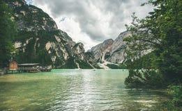 Lago mountain en Valle di Braies el día de verano Fotografía de archivo
