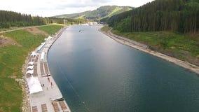 Lago mountain nelle montagne dei Carpathians con la gente irriconoscibile che è piena di barca video d archivio