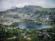 Lago mountain no tempo nebuloso fotografia de stock royalty free