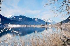 Lago mountain nos alpes com reflexão cénico Fotografia de Stock Royalty Free