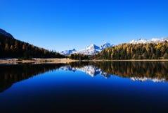 Lago mountain nos cumes foto de stock
