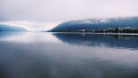 Lago mountain nos cumes austríacos Reflexão na água video estoque