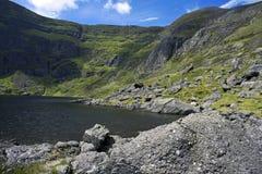 Lago mountain rodeado por los acantilados Foto de archivo