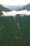 Lago mountain sopra le nuvole e le cascate qui sotto Immagine Stock Libera da Diritti