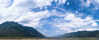 Lago mountain sotto cielo blu Fotografie Stock Libere da Diritti