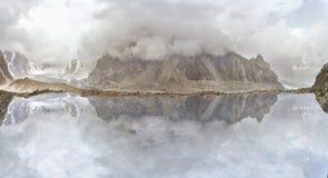 Lago mountain sotto le nuvole Immagine Stock Libera da Diritti