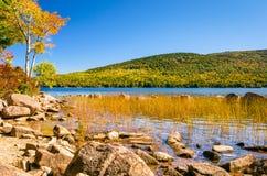 Lago mountain su chiaro Autumn Day Immagini Stock