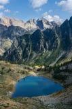 Lago mountain visto de un pico Imagenes de archivo