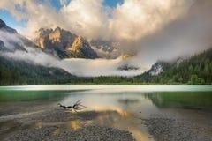 Lago mountains na manhã enevoada Paisagem das montanhas imagens de stock